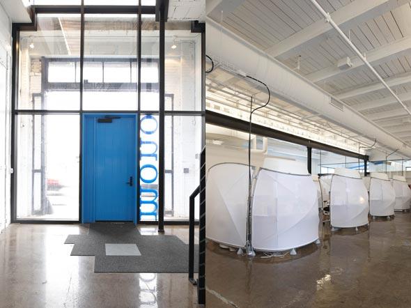 设计说明:本案例为一个充满着创意元素的办公室装修设计空间,从入门处开始,鲜明的蓝色门与地板设计,给访问者一种新奇的感觉。空间上,设计师保持了原有建筑空间的高挑,使用大面积的木材质加以装饰顶棚,裸露的管线与复古的地砖设计,以钢材质分割出不同的功能区域,塑造出一种工业化和后现代主义完美碰撞的loft风格。 办公区域使用新颖独特的隔屏设计,有利于员工之间的相互沟通,又能避免相互干扰。整个空间大面积的引入自然光线,并且配置图书室与咖啡室,加以白色的主色调及其穿插于整个空间的蓝色,营造出了一个亲切、阳光、活力的工