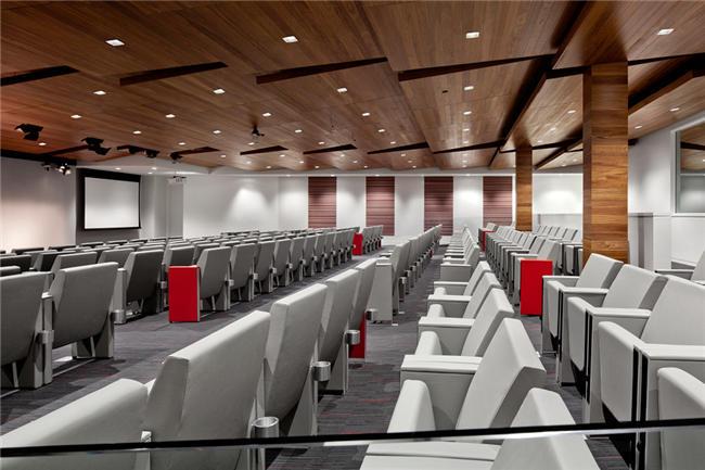 大会议室装修设计上,灯光柔和明亮,注重人性化的体验,地面与顶棚造型