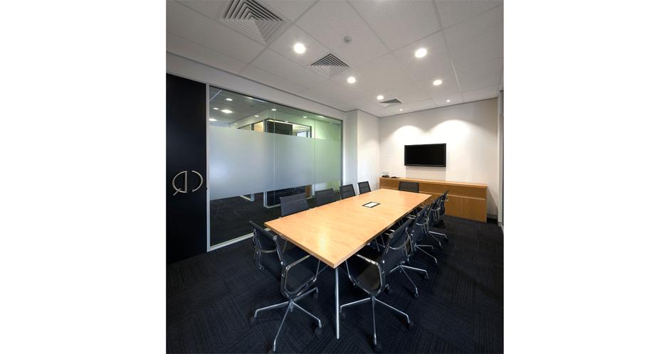 对于小型的办公室装修设计,很多时候由于其空间的限制,更注重其平面及其空间的布局,对于此类设计来说,往往考验一个设计师对于原有建筑结构的把控能力,进而使得整个空间得到充分有效的利用,下面我们就一起来看看国外的一个不到500平方的小型办公室装修案例吧。。   本文由深圳宏伟装饰整理发表,图片来自互联网,更多国外办公室经典案例欣赏: http://www.